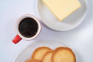 röd kaffekopp med kakor på vit bakgrund foto