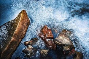 fryst vatten och stenar foto