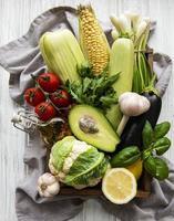 sortiment av färska frukter och grönsaker foto