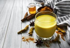 gul gurkmeja latte drink foto