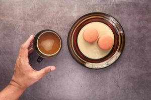 kaffe och macarons frukost foto
