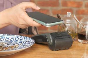 använder smarttelefon för att betala utan kontakt