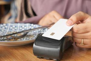 kontaktlöst betalningskoncept med kreditkort