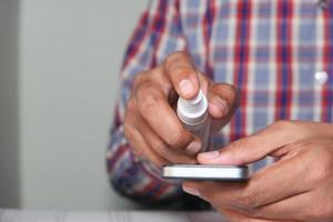 desinficera en smart telefonskärm med desinfektionsmedel
