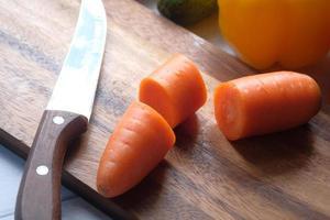 färska hackade morötter på skärbrädan