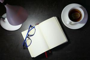 hög vinkel syn på öppen anteckningsblock och bordslampa