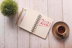 2021 skrivet i en anteckningsbok, mål för nya året koncept foto