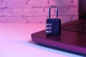 Internetsäkerhetskoncept med hänglås på datorns tangentbord