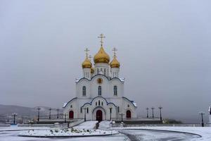 Holy Trinity Cathedral med en vit snöig himmel i petropavlovsk-kamchatsky, Ryssland foto