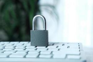 Internetsäkerhetskoncept med hänglås på ett datortangentbord foto