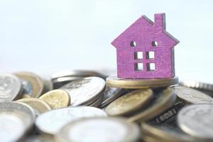 liten modell hem på en stapel mynt