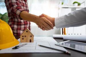 handslag av byggare, ingenjör med arkitektur efter framgångsrik diskussion foto