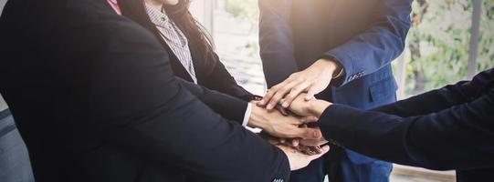 grupp affärsmän sätter ihop händerna foto