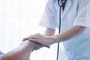 närbild hand av läkare tröstande patient foto