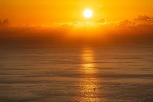 orange molnig solnedgång över havet i sochi, Ryssland foto