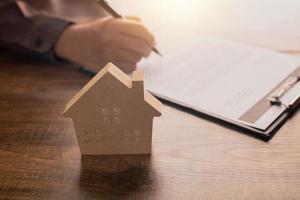 underteckna på avtalspapper för fastigheter foto