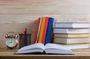 öppen bok på skrivbord, kunskap och utbildning koncept