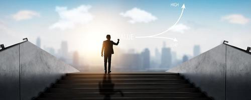 framgångsrik affärsman som står ovanpå trappan över staden, framgångsbegrepp foto