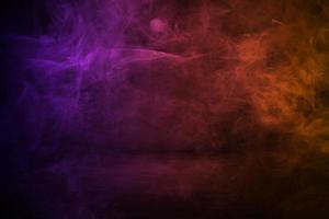 mörk cementväggstudiobakgrund med dimma eller dimma, färgglad rökbakgrund foto