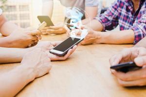 5g internet- och teknologibegrepp, grupp människor som rymmer telefonen på tabellen foto
