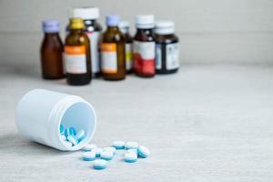 medicinflaskor och piller foto