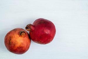 två granatäpplefrukter foto