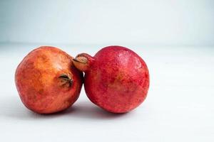 granatäpplefrukt på en vit bakgrund foto