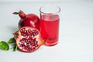 granatäpplejuice och frukt foto