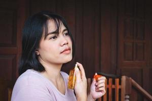 kvinna applicera parfym foto