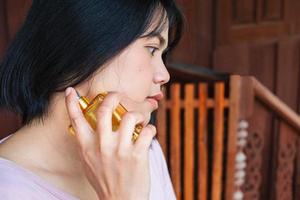 kvinna sprutar parfym foto