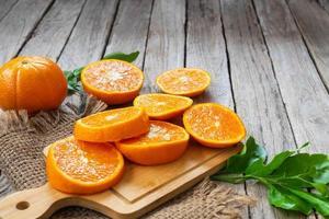 skivade apelsiner på trä foto