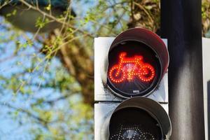 trafikljus på gatan i staden foto