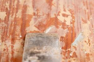 rengöring av dörrar av gammal färg med en spatel, restaureringsreparationscloseup foto
