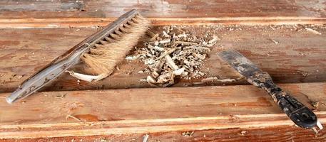 spatel och borste med trasiga träflis på ett träbord foto