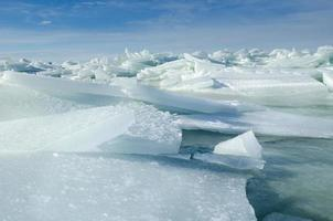 stora bitar av flytande is som drivs in i havet för att skapa isberg, Östersjön på vintern foto