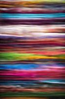 suddiga färgade trådar på en matta foto