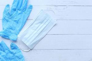 kirurgiska masker och medicinska handskar på träbakgrund