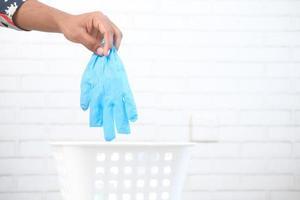 kassera en begagnad blå handske foto