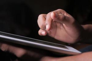 mans hand med digital tablet på svart bakgrund