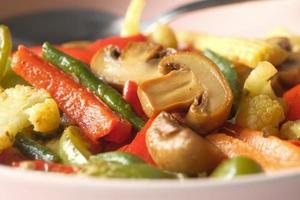 sauterad grönsak och svamp foto