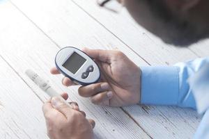 ung man som mäter glukos hemifrån