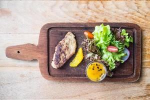 foie gras biff med grönsaker och söt sås foto