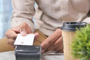 kontaktlös betalning med kreditkort för kaffe