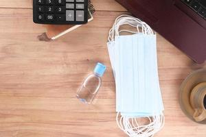 handdesinfektionsgel och ansiktsmask på skrivbordet