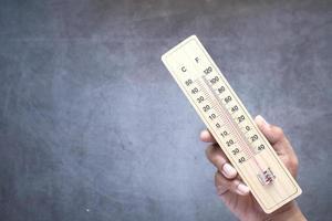 närbild av utomhustermometer på neutral bakgrund foto