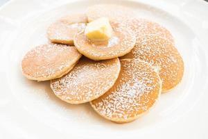 pannkaka med smör på toppen foto