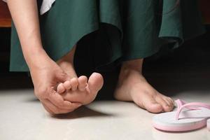 kvinna massera fötter foto