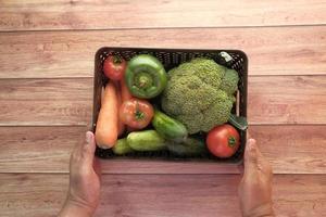 friska grönsaker i en låda foto