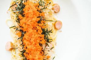 spagetti med korv, räkaägg, tång, torr bläckfisk på toppen