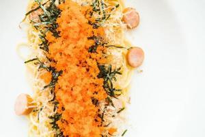 spagetti med korv, räkaägg, tång, torr bläckfisk på toppen foto